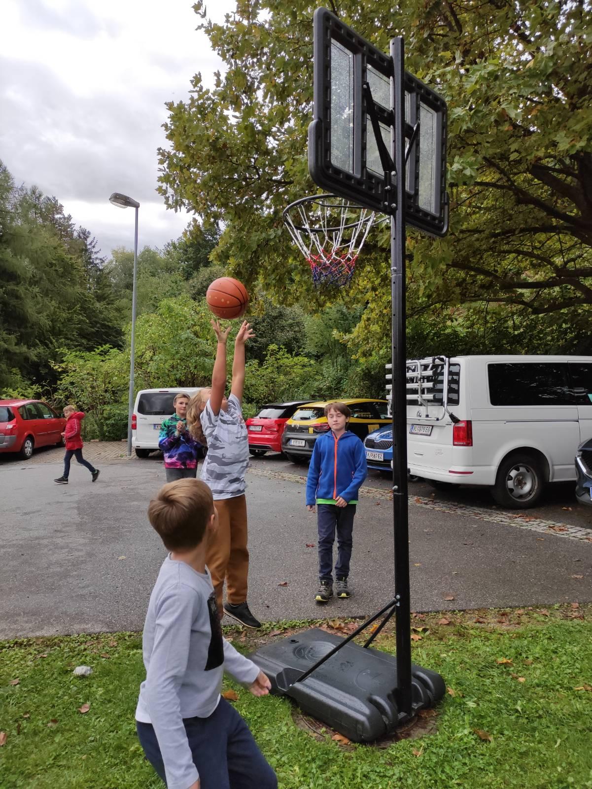 Ein neuer Basketballkorb für die Kinder der Ganztagesschule